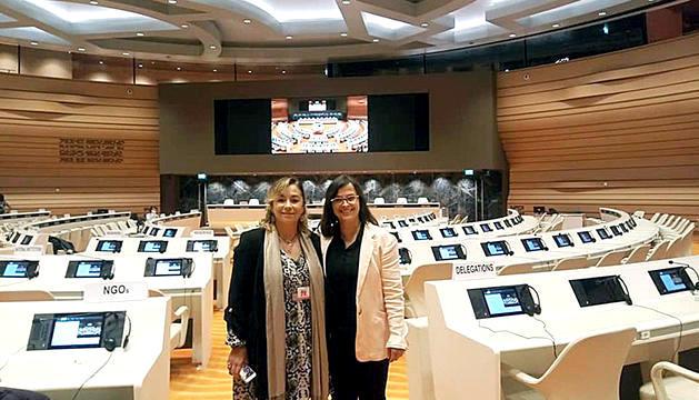 La presidenta d'Stop Violències, Vanessa M. Cortés, a la seu de l'ONU a Ginebra.
