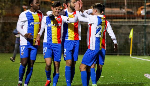 Els jugadors celebrant el segon gol, de Rubén Bover, dimecres davant l'Andratx.
