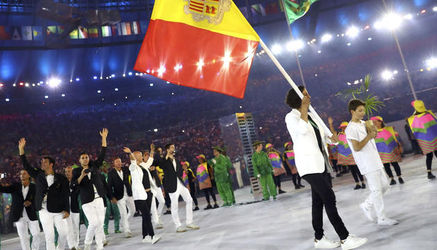 Delegació andorrana als Jocs de Rio 2016 amb Laura Sallés com a banderera.