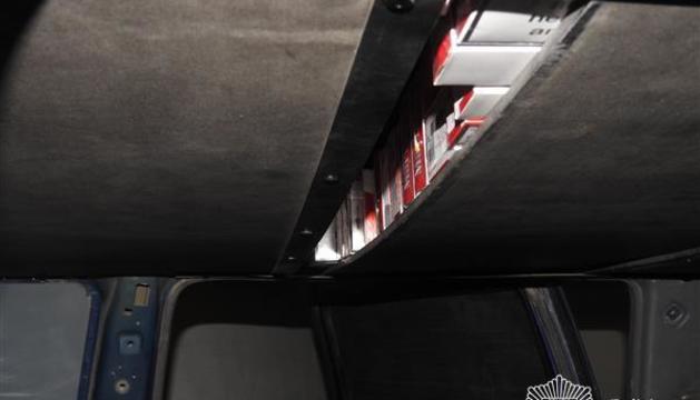 Els detinguts havien fabricat especialment dos espais als vehicles per amagar el tabac