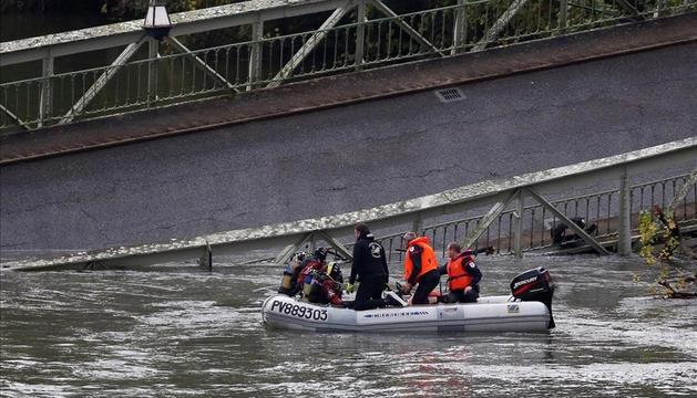 Equips de rescat a la zona on va caure el pont.