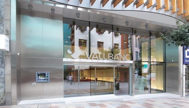 L'entrada de la seu central de Vall Banc