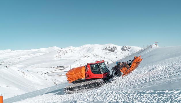 Un equip treballant al domini esquiable.