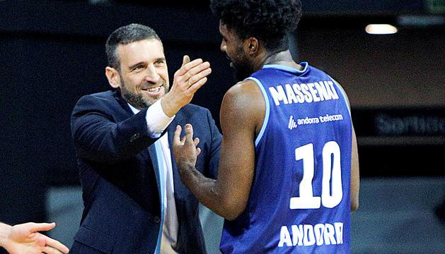 Ibon Navarro felicitant Frantz Massenat després del partit d'ahir.