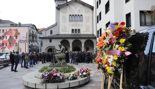 L'exterior de l'església de Sant Pere Màrtir abans de la missa