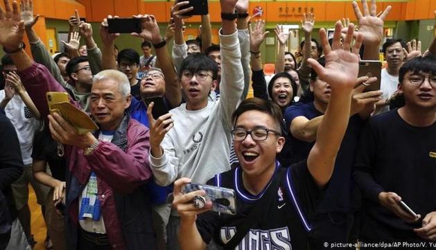Partidaris dels partits pro demòcrates celebrant els resultats electorals, ahir.