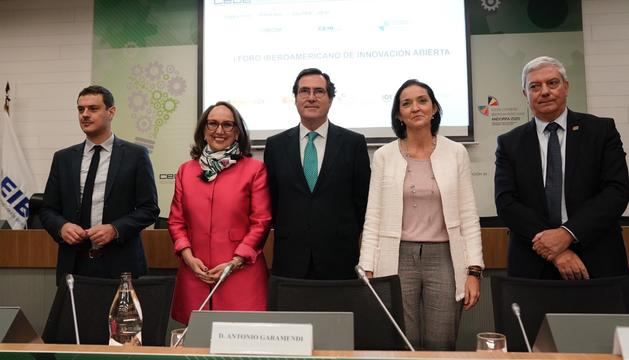 Els participants del I Foro Iberoamericano de Innovación Abierta amb la secretària general, Rebeca Grynspan