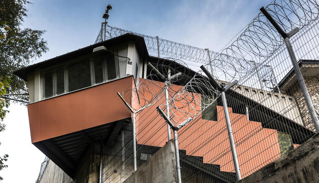 Torre de vigilància amb una càmera al centre penitenciari.