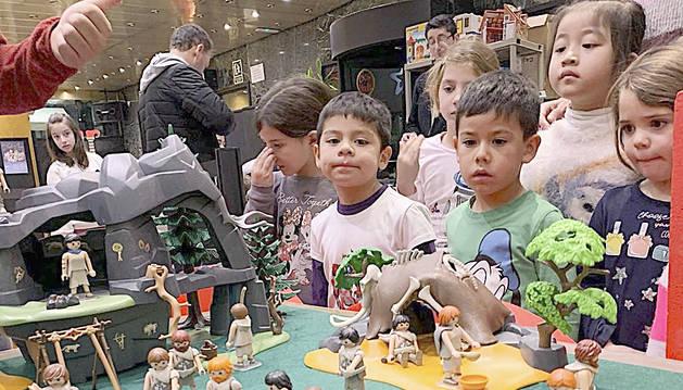 Lliçó històrica als alumnes de l'Escola d'Art de Sant Julià amb la visita dels diorames del Clicks de Playmobil