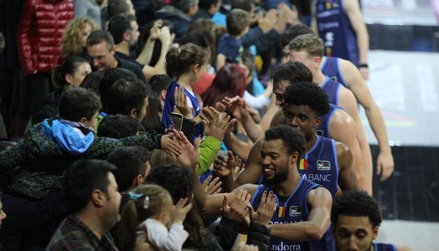 Els jugadors del MoraBanc celebren la victòria amb l'afició