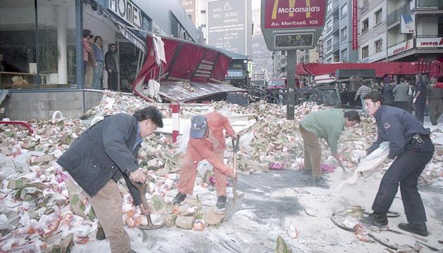 Membres del servei de Policia i voluntaris netegen la zona.
