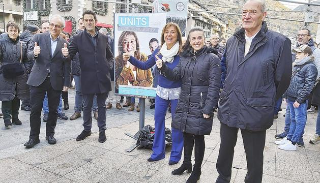 La candidatura que encapçala Marsol va enganxar el primer cartell a la plaça de la Rotonda.