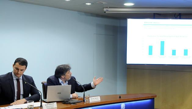 El ministre Jordi Gallardo i el director d'Estadística, Joan Soler, durant la presentació dels resultats de l'enquesta