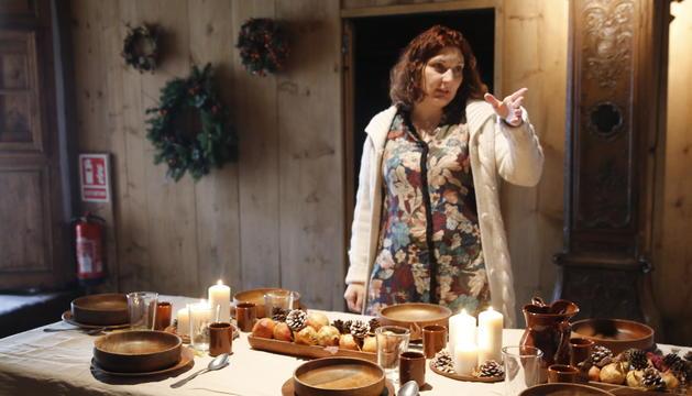 La responsable de Cal Pal, Esther Jover, amb la taula recreada pel dinar de Nadal