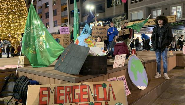 El moviment ecologista s'ha reunit a la Plaça Coprínceps per reivindicar-se en contra del canvi climàtic