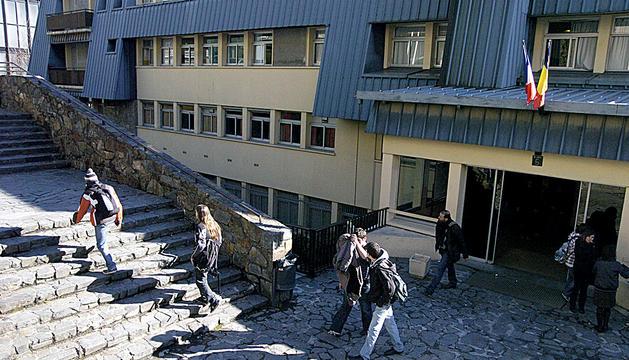 Façana del centre educatiu Lycée Comte Foix d'Andorra la Vella.