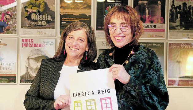 Maria Martí i Déborah Ribas mostrant el nou logotip de l'equipament lauredià.