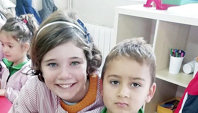 Els nens i nenes van utilitzar diversos materials per a fer retallables de nadal