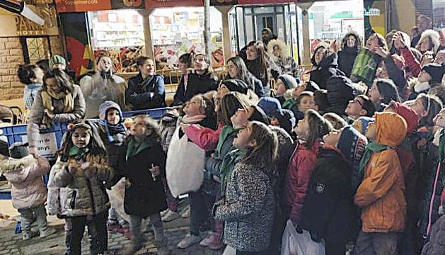Els nens esperen la pluja de dolços i caramels