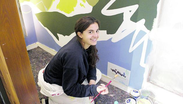Judit Rodrigo plasmant les seves idees a les parets