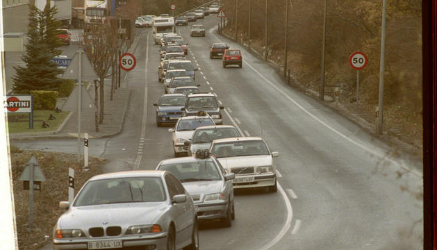 Cotxes sortint per la carretera de l'Obac, el 1999