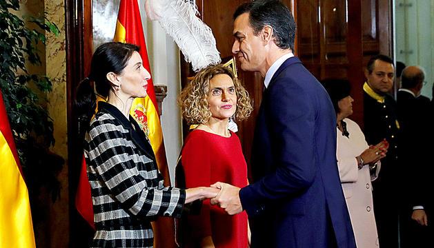Pedro Sánchez saluda les presidentes del Congrés i el Senat.