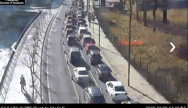 Cotxes aturats al Pont de Madrid