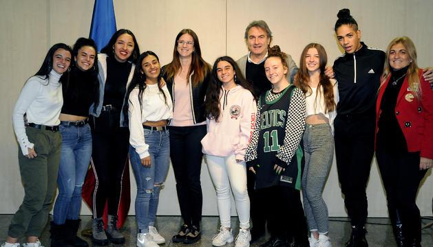 La ministra de Cultura i Esports, Sílvia Riva, i el secretari d'Estat d'esports, Justo Ruiz, amb els alumnes de l'escola TC Dansa
