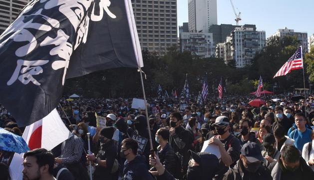 Manifestants a Hong Kong amb banderes negres i també la dels EUA.