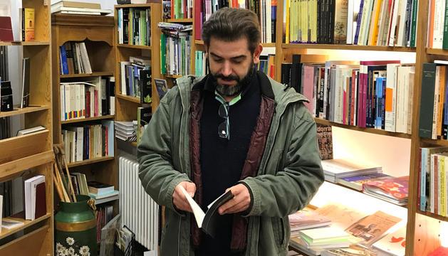L'autor, amb un exemplar a la llibreria La Puça.