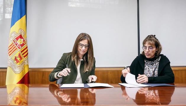 Sílvia Riva i Déborah Ribas han signat aquest dimarts al migdia el conveni de col·laboració per a la confecció del Llibre Blanc