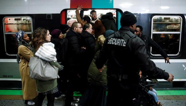 Jornada negra pel caos en el transport.