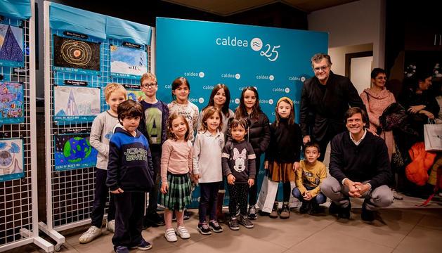 Foto de família de premiats i organitzadors.