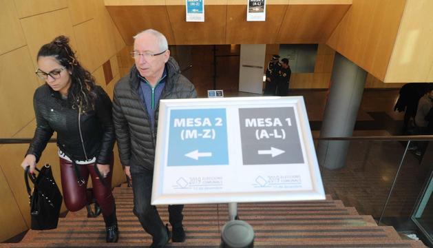 Dos electors sortint del Centre de Congressos d'Andorra la Vella