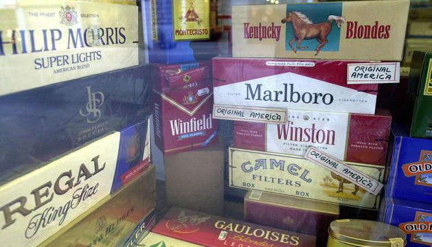 Aparador d'un establiment amb paquets de tabac.
