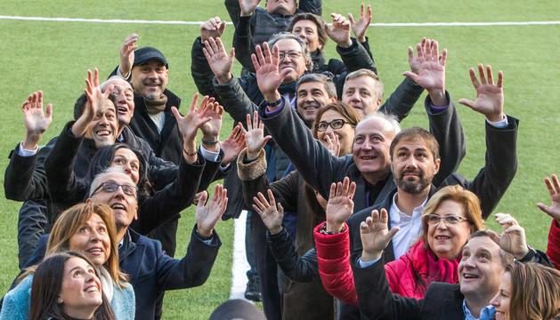 CANDIDATS COL·LOCATS PER a LA SACADA Tots els caps de llista presents a l'Estadi Nacional, col·locats per a la 'touche', esperen rebre la pilota igual que avui esperen ser els guanyadors dels comicis i ser els nous cònsols majors.