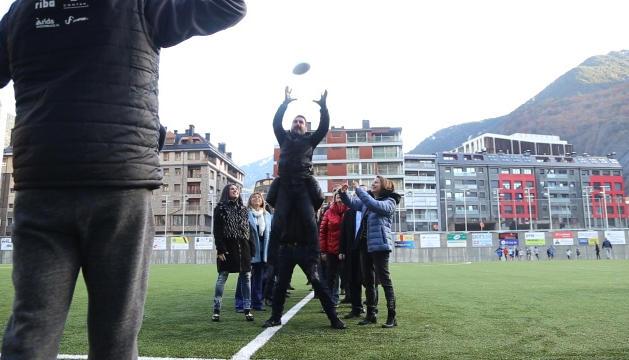 PROFESSIONALS El candidat d'Ordino, Jordi Balsa, atrapa l'oval de forma perfecta.