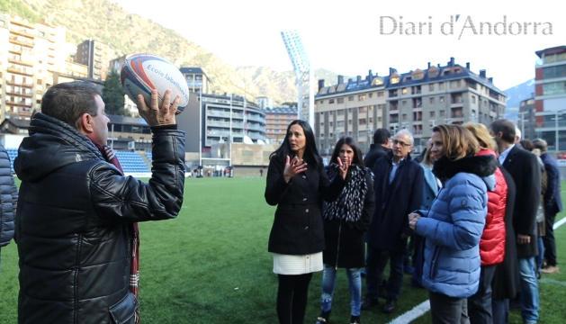 INSTRUCCIONS El director del Diari explica com serà la foto als candidats.