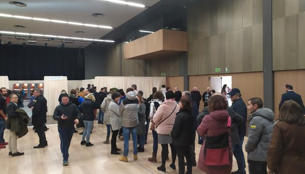 Electors esperant a votar a Escaldes