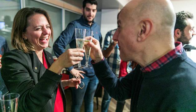 Gili brindant amb el número 2, Joaquim Dolsa, després de conèixer els resultats que els fan cònsols d'Escaldes.