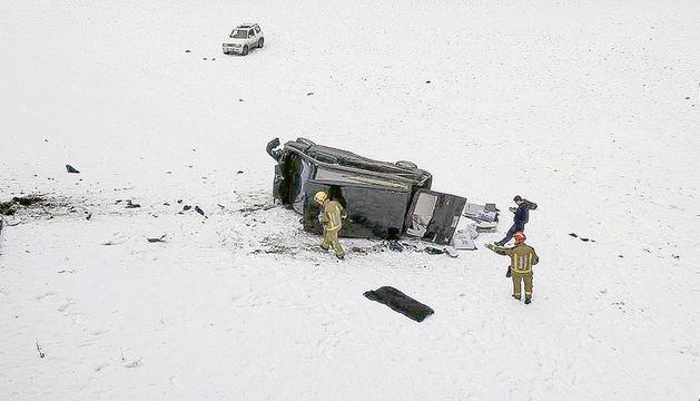 Bombers treballant al lloc de l'accident.