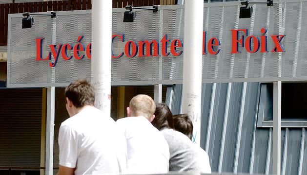 Estudiants a les portes del Lycée Comte de Foix.