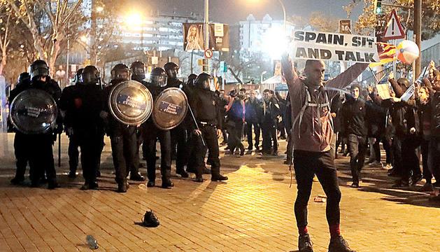 Manifestació prop del camp.