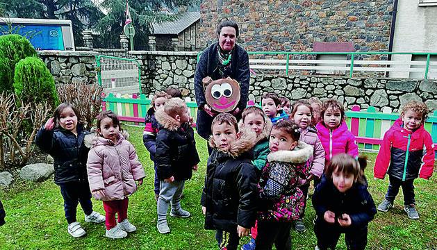 Els nenes i les nenes d'infantil de col·legi Mare Janer van trobar el Tió a l'escola
