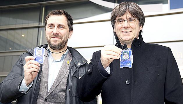 Toni Comín i Carles Puigdemont mostren les seves credencials com a eurodiputats, ahir a Brussel·les.