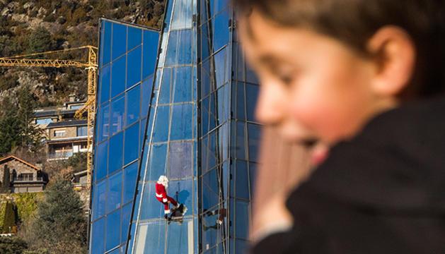 Els infants han gaudit de la baixada del Pare Noel per la façana de la Torre de Caldea