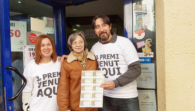 Els propietaris de l'administració de loteria de Ripoll que van vendre el tercer premi.