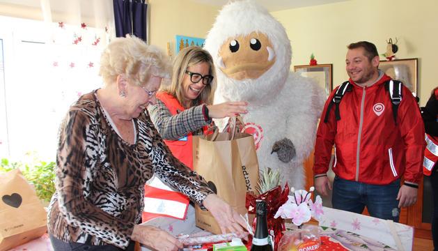 Una usuària del Servei de Teleassistència de Creu Roja Andorrana rebent la sorpresa de Nadal