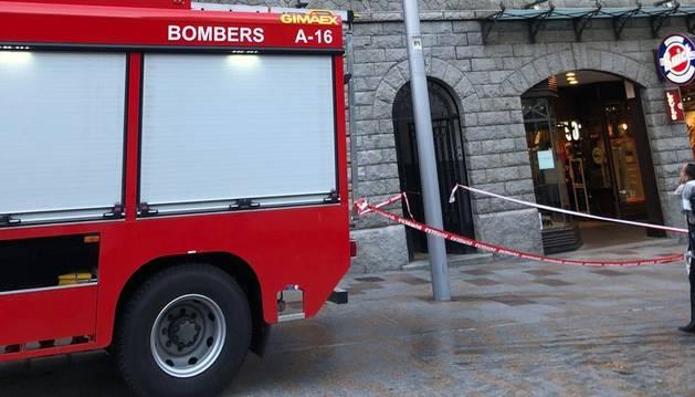 El camió de bombers davant l'edifici perjudicat pel petit incendi