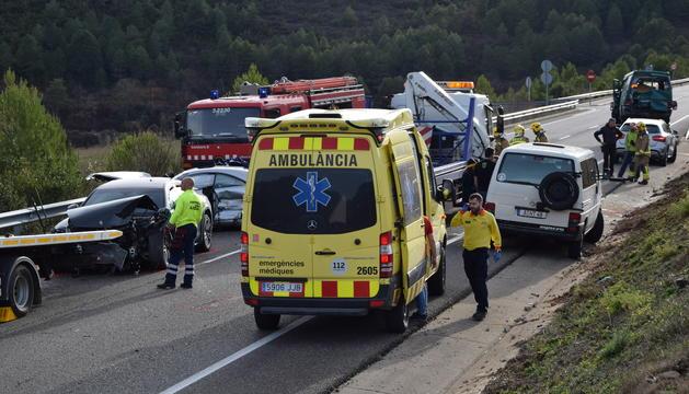 L'accident entre els tres vehicles ha deixat una persona atrapada en un dels cotxes